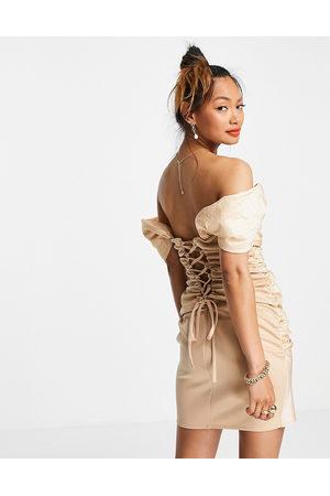 ASOS – Taffeta – Beige miniklänning i off shoulder-modell med rynkad knytning baktill-Naturlig