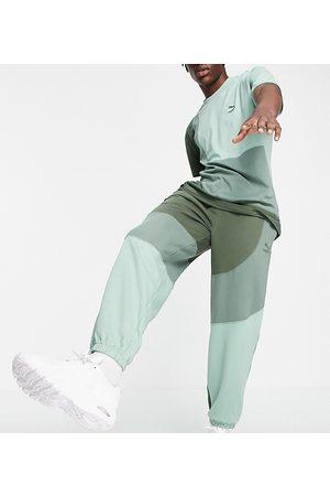 Puma – Convey – Gröna blockfärgade mjukisbyxor, endast hos ASOS- /a
