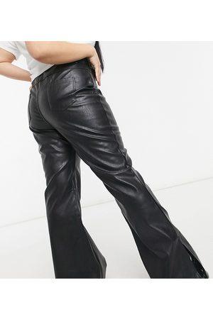 In The Style Plus X Olivia Bowen – Svarta utsvängda byxor i läderimitation med slits vid fållen