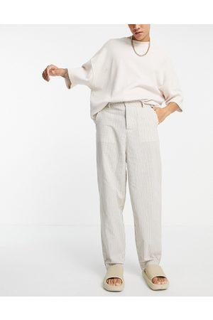 ASOS – Randiga avsmalnande oversize-byxor i linnelook-Naturlig