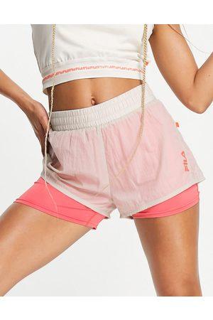 Fila – Havrefärgade och rosa sportshorts med panellogga- /a
