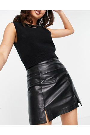 Muubaa – minikjol i läder med slits framtill- /a
