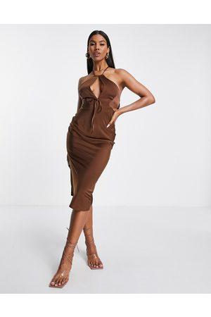 ASOS DESIGN – Chokladbrun midiklänning med halterneck och nyckelhålsöppning av satin