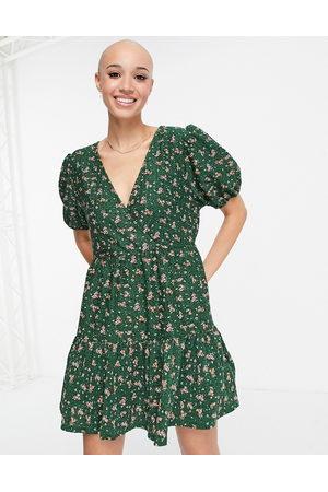 ASOS Kvinna Festklänningar - – Mörkgrön blommig miniklänning i omlottdesign med struktur och peplumfåll- /a