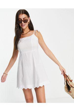 Fashion Union Kvinna Festklänningar - – figursydd strandklänning i minilängd med fyrkantig halsringning och uddkant- /a