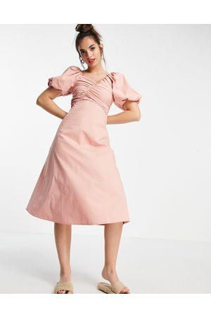 Urban Revivo – Blekrosa midiklänning med puffärmar och indragen detalj-Pink
