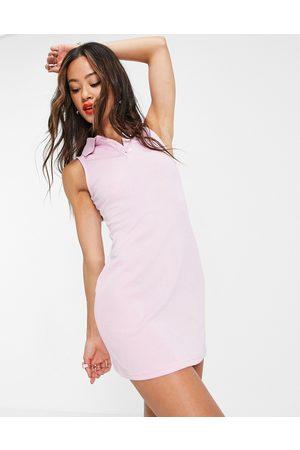 Urban Revivo – Ljusrosa, ärmlös pikéklänning i kort design med krage-Pink