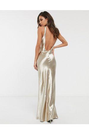 ASOS – Champagnefärgad maxiklänning i satin och diagonalskuren design med djup ringning baktill