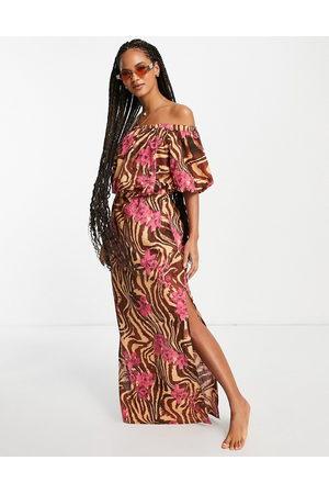 ASOS DESIGN – Zebrarandig och tropiskt blommig strandklänning i maxilängd och off shoulder-design-Flera