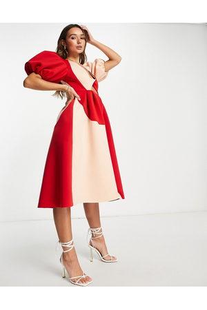 ASOS DESIGN – Kontrastfärgad balklänning i midilängd med puffärmar, vriden djup urringning och utskurna detaljer-Flera
