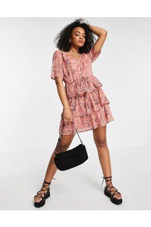 JDY – Rosa abstrakt mönstrad panelsydd miniklänning med v-ringning-Flera