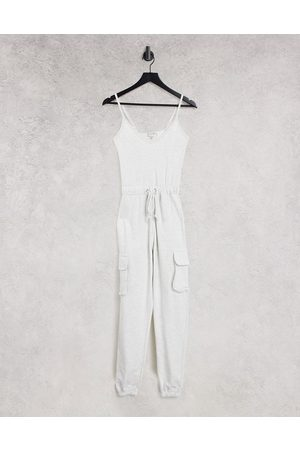 In The Style X Billie Faiers – Havrefärgad jumpsuit med remmar och cargodetaljer-Naturlig