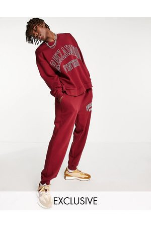 Reclaimed Vintage Man Hoodies - Inspired – Vinröd sweatshirt med v-ringning och logga