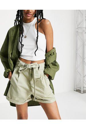 Miss Selfridge – Salviagröna shorts med tryckknappar- /a