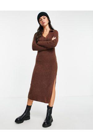 ASOS Kvinna Midiklänningar - – Roströd stickad midiklänning med krage och knappar framtill