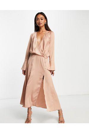 ASOS – Bronsfärgad, diagonalskuren midiklänning med knäppning och drapering